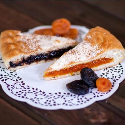 Двухслойный пирог с курагой и черносливом